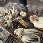 マルモ水産 九十九島海上かき小屋 - カキは小ぶりなので焼き加減が難しい