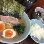 46772619 - ラーメン並(650円)+味玉(100円) ご飯は無料でおかわりもOK!