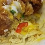梅林 - 醤油カツ丼の中には、紫キャベツ、オニオンスライス、パプリカなどが入っています!