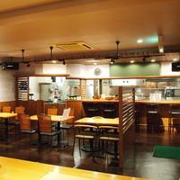 みさき食堂 - 調理の様子が見えるオープンキッチンです。