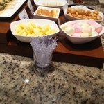 オールデイブッフェ コンパス - チョコレートファウンテンのマシュマロ、バナナ、パイナップル、ミニパンケーキ、ビスケット、白玉、ミニシュー等