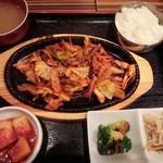 チョデ - 若布味噌汁、イカ炒め
