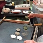 和田の屋 - おばぁちゃんが1枚1枚丁寧に焼いています