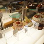 ヌーベルパティスリー  ともなが - デコレーションケーキのコーナー、やっぱり華やかですね!