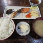 大衆割烹 すみれ - 焼魚定食(しゃけ) 700円