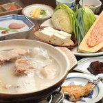 さ和鳥 - 博多水炊きコース例。地鶏もも焼きや皮酢なども付きます。全ての部位が堪能できます。