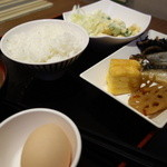 旅彩 - サラダと生卵とご飯
