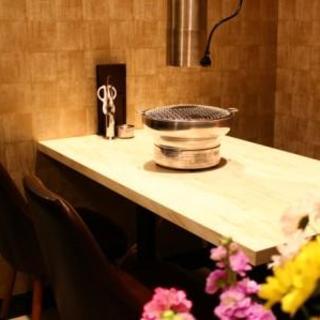 1階の入り口付近のテーブル席。簾を降ろせば半個室風に大変身!!【4~6名様】