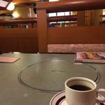 鯛家 - サービスコーヒーと店内