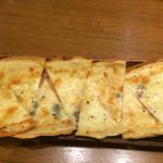 46812591 - ブルーチーズとはちみつのピザ