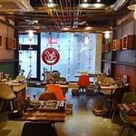 タッカンマリ専門店 陳 - 左には通りを見下ろすテーブル席