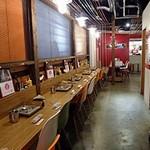 タッカンマリ専門店 陳 - 中央はカウンター席、右にもテーブル席があります
