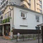 樋口 - 大手門にある古い2階だてのアパートをそのまま利用したイタリアレストランです。