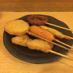 立呑処へそ - 串揚げ(豚バラ、赤ウインナー、わかさぎ、じゃが芋ほか)