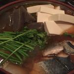 ゆるり屋 - 長崎ハーブ鯖のヒカリ鍋③豆腐、こんにゃく、野菜投入