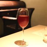 フォリオリーナ・デッラ・ポルタ・フォルトゥーナ - ロンバルディア州のウーヴァ・ラーラ種のロゼ ワインとギリシャ産のコリント レーズン入りのマルティニック島産のラム酒のカクテル