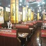 八日市東沖野酒場 情熱ホルモン - 明るい店内。強力なダクトがしっかり煙を吸い込んでくれます。