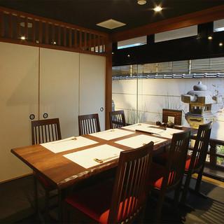 洗練されたモダンな空間で楽しむ、二人の記念日のディナー