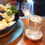 だるま - いい感じに温まった「焼き燗」。濃醇な日本酒も、意外とジンギスカンに合いますよ