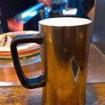 だるま - 生ビールは、キリン一番搾り(¥540)。びっくりするほど軽いジョッキです!