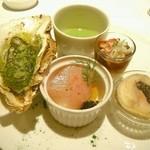 アンフュージョン - アミューズ盛り合わせ(牡蠣のエスカルゴバターや寒ブリ、白子のフランなど)
