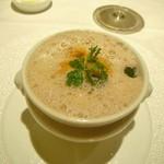アンフュージョン - 活けオマール海老と海の幸、温泉卵 モリーユ茸風味のカプチーノ仕立て