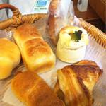 46853303 - 友達と購入したパンたち。