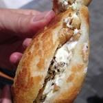 マームベランダ - クリームチーズと黒胡椒のスパイシーダッチ