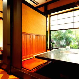 個室は暖かみ感じられる和空間