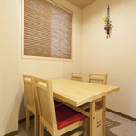 割烹 いづみ - 1階テーブル席(4名様×2)ふすまで個室可。