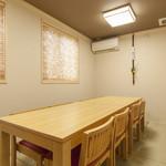 割烹 いづみ - 1階奥テーブル席(8名様)ふすまで個室可。
