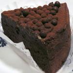 アンプレスィオン - フェアトレード・ショコラのガトウショコラ。ケーキのボックスを開けるとショコラの香りが鮮烈。濃厚ながらスッと後味が引く絶妙なお味。今まで頂いたガトーショコラの中でも断トツの美味しさでした。