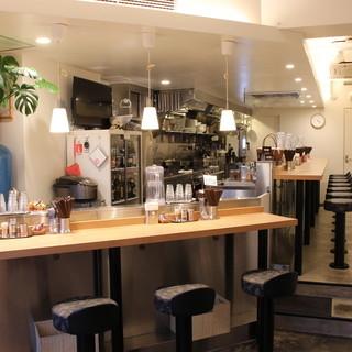 女性お一人でも気軽にご利用できるNYのカフェのようなデザイン