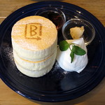 BURN SIDE ST CAFE CRAFT KITCHEN+  KUZUHA - ホワイトスフレパンケーキ≪メープルナッツバター/メープル≫(税別\980)