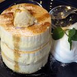 BURN SIDE ST CAFE CRAFT KITCHEN+  KUZUHA - ホワイトスフレパンケーキ≪メープルナッツバター/メープル≫(メープルナッツバターをのせ、メープルシロップをかけたところ)