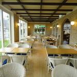 カフェ ザ 香乃珈 - 店内装飾は、木材や緑を基調にした温かみのある装飾で日本にいながらも海外の雰囲気を楽しんでいただいける様、一つひとつこだわっております。 ママ友のランチやひと息つきたい時だけではなく、デートにもおすすめ! ゆったりとした店内で至福のひとときをお楽しみください