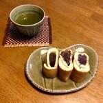 小松屋本家 - お茶を添えて。これは小豆粒餡