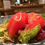 日本酒バル Chintara - トマトとじゃこのサラダ