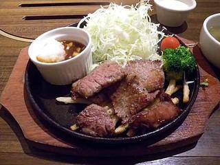 和牛塩焼肉ブラックホール 新宿三丁目店 - 出てきた「牛のランチ切り落としステーキ」