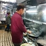 東峰飯店 - 鮮やかな鍋振りです。