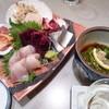一平 - 料理写真:お刺身盛り合わせ2人前とメカブ酢(380円)お刺身がどれも新鮮でとっても美味しい!!帆立なんてまだ動いてました!!
