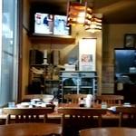井田長 - 店内。 テレビ、新聞あり。 落ち着いて食べられますよ