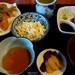井田長 - 日替わりランチ お値打ち680円。 今回は天ぷら、お刺身。ごはんは多めですよ!(o^^o)