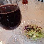 Deep カフェ - 赤ワイングラス&サラダ