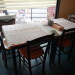 Deep カフェ - 店内テーブル席の様子