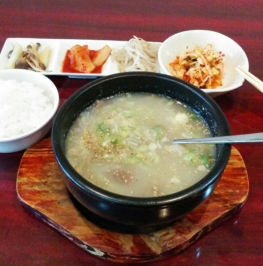 梁家 - ソルロンタン定食(950円)。寒い日はあったか~いスープが恋しくなりまして、これをオーダーしました。まろやかな牛骨スープに牛のほほ肉(だと思います)、大根細切り、春雨、それにネギが混然一体!美味しです