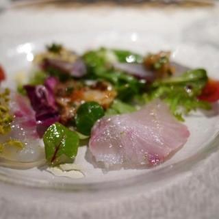 人気の「仕立てを変えた7種の鮮魚と有機野菜のインサラータ」