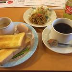 カフェ・ダーウィン - 料理写真:ブレンドコーヒー400円とモーニング