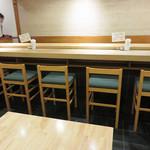 博多 Tetsuji - 店内。                             さすが、夜はお寿司や和食を提供するところとあって、落ち着いています。
