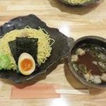 博多 Tetsuji - 魚介系和風もつつけ麺800円。お店の和風な雰囲気にぴったりの美しい器と盛り付けです。